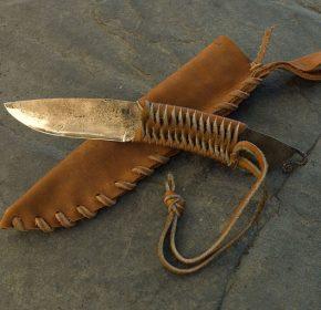 couteau barbare brut de forge avec manche tressage cuir avec etui primitif en cuir