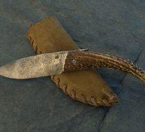 Couteau pliant primitif avec lame intégralement brut de forge et manche en bois de cerf