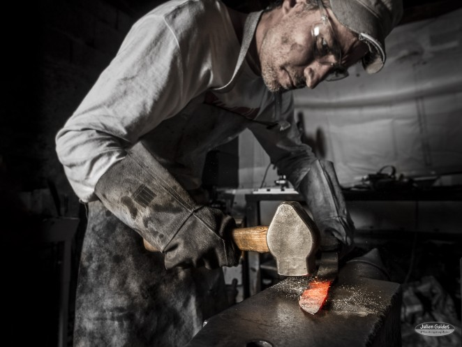 Le forgeron à la forge