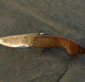 Couteau piémontais brut de forge en acier carbone et bois de noyer